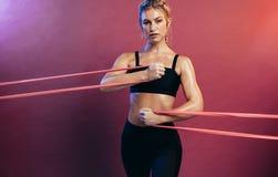 Sportive s'exerçant avec des bandes de résistance photographie stock
