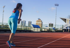 Sportive sur la position de début Photos libres de droits