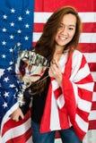 Sportive tenant le trophée contre le drapeau nord-américain photos libres de droits