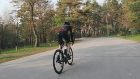 Sportiver geeigneter Radfahrer, der stark aufwärts aus dem Sattel auf Fahrrad heraus sprintet Radfahrenkonzept stock footage