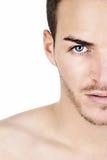 Sportiver junger Mann lokalisiert auf weißem halbem Gesicht Lizenzfreies Stockbild