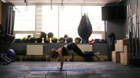 Sportives Brunettemädchen in ihrem 20 ` s, das den besten fetten Burningsatz von Übungen tut, herauf Hoch juming und dann unten h stock video