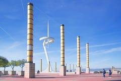 Sportives Geb?ude Palau Sant Jordis nahe bei Telefonica-Telekommunikations-Antenne gegen einen blauen Himmel stockfoto