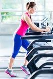 Sportives Mädchen, das Training auf Tretmühle tut Lizenzfreie Stockbilder