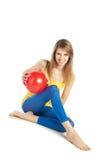 Sportives Mädchen mit roter Kugel Lizenzfreie Stockbilder