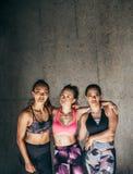 Sportives se tenant ensemble après séance d'entraînement Photo stock