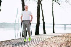 Sportives versuchendes Sportgehen des älteren Mannes lizenzfreie stockbilder