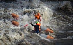 Sportivi dell'acqua in mare in tempesta Fotografia Stock