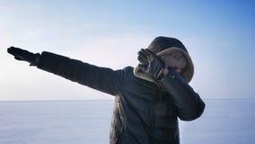 Sportivo caucasico di mezza età che gesturing facendo gesto felice quando raggiunge la condizione di successo sul lago congelato stock footage