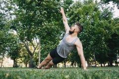 Sportivo che fa sponda, allenamento di yoga Immagini Stock Libere da Diritti