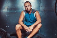 Sportivo che si siede sulla macchina della gomma Concetto di CrossFit, di salute e di forza Fotografia Stock