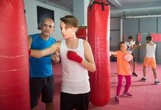 Sportivo del ragazzo all'allenamento di pugilato sul punching ball Fotografia Stock Libera da Diritti