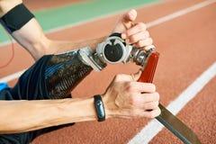 Sportivo disabile che ripara arto artificiale immagine stock
