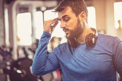 Sportivo faticoso Uomo alla palestra Fotografie Stock