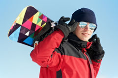Sportivo felice con lo snowboard Fotografie Stock