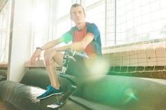 Sportivo handicappato che riposa al sole immagini stock