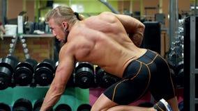 Sportivo muscolare che fa gli esercizi sulla mano destra video d archivio