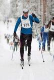 Sportivo nella corsa di sci di fondo classica di stile Immagine Stock