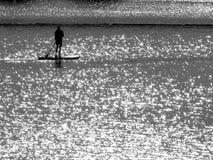 Sportivo solo sul lago nel mezzo di migliaia di punti brillanti in bianco e nero 2 fotografia stock libera da diritti