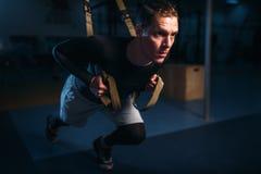 Sportivo su addestramento, allenamento di resistenza con le corde Fotografia Stock
