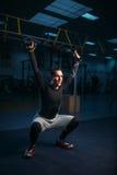 Sportivo su addestramento, allenamento di resistenza con le corde Immagine Stock