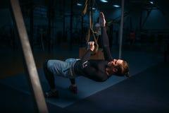 Sportivo su addestramento, allenamento di resistenza con le corde Fotografie Stock Libere da Diritti