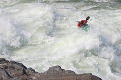 Sportivo sui rapids fotografie stock libere da diritti