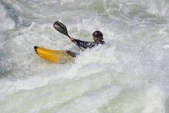 Sportivo sui rapids fotografie stock