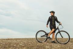 Sportivo sulla bici fra la pianura Fotografie Stock