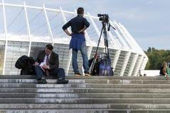 Sportjournalister som är förberedda för fotbollsmatch arkivfoton