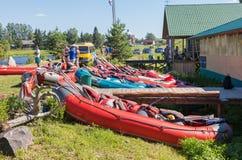 Sportkatamaran på kusten av den Msta floden i sommar solig da Arkivfoton