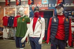 Sportkleidung von Genua-Fußballteam 1893 im Verkauf in Genoa Shop an Bereich Genuas 'Porto Antico ', Italien stockfotografie