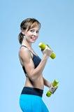 Sportkonditionkvinna som gör övning med gula hantlar royaltyfri fotografi