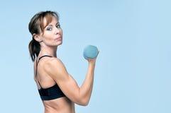 Sportkonditionkvinna som gör övning med hantlar arkivbilder