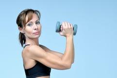Sportkonditionkvinna som gör övning med hantlar arkivfoto