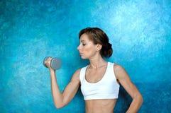 Sportkonditionkvinna som gör övning med hantlar royaltyfri foto
