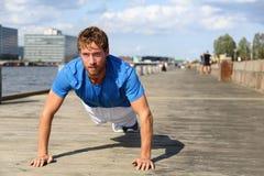 Sportkonditionman push-UPS Fotografering för Bildbyråer