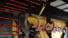 Sportkvinna för två Caucasian som utarbetar i idrottshalllyftande vikterna lager videofilmer