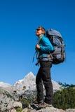 Sportkvinna i berg Arkivfoton
