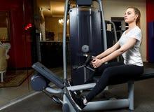 Sportkvinna i en sportswear som övar i en idrottshall arkivbild