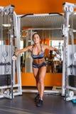 Sportkvinna i idrottshallen. Royaltyfria Bilder