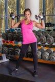 Sportkvinna i idrottshallen. Royaltyfri Foto