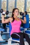 Sportkvinna i idrottshallen. Royaltyfri Fotografi