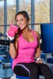 Sportkvinna i idrottshallen. Royaltyfria Foton