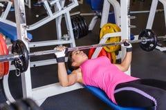 Sportkvinna i idrottshallen. Royaltyfri Bild
