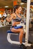Sportkvinna i idrottshallen. fotografering för bildbyråer