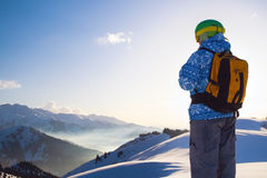 Sportkvinna i snöig berg Royaltyfri Foto