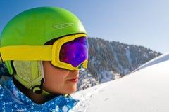 Sportkvinna i snöig berg Arkivbilder