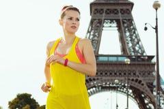 Sportkvinna inte långt från Eiffeltorn i Paris, Frankrike jogga royaltyfria bilder