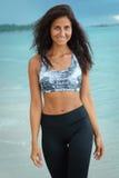 Sportkvinna på stranden arkivfoto